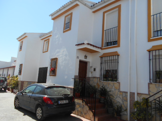 4/5 BED TOWNHOUSE IN VINUELA FOR SALE