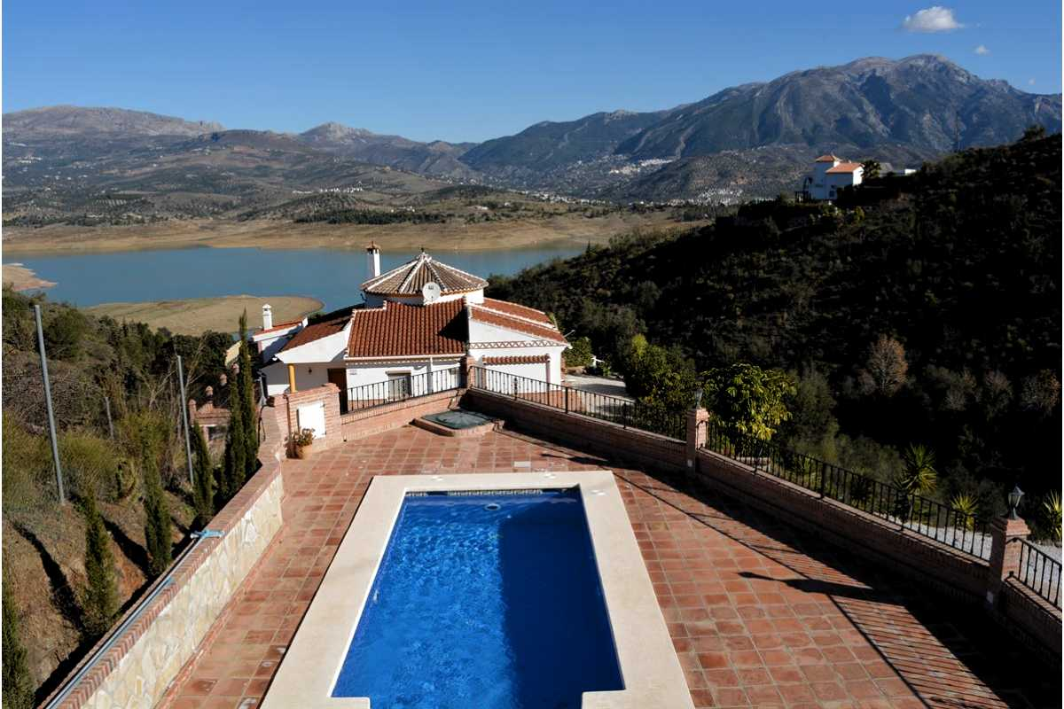 THIS 3 BEDROOM VILLA – HOLIDAY LETS – LOS ROMANES