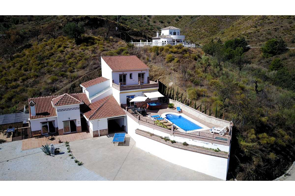 THIS 3 BEDROOM VILLA HOUSE – FOR SALE – lOS ROMANES